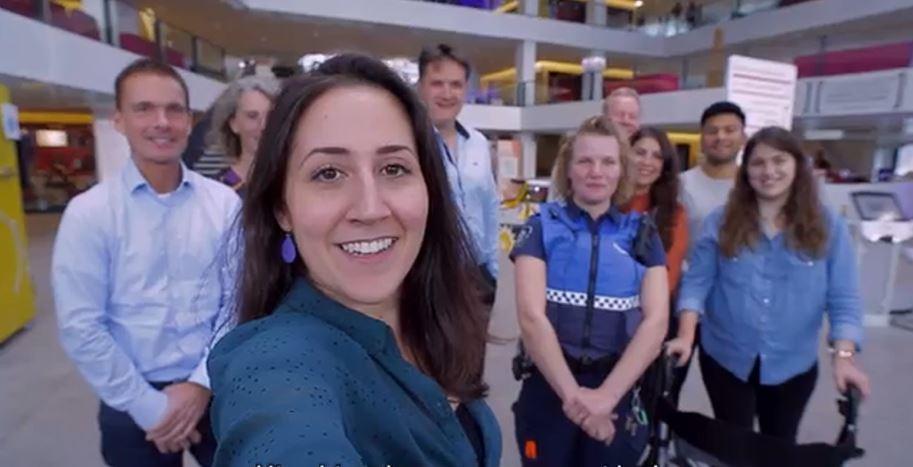 Een groepje collega's die een selfie maken variërend van jong en oud in Utrecht